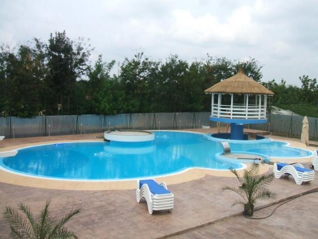 Piscine din beton constructii piscine beton hobbit concept for Constructii piscine