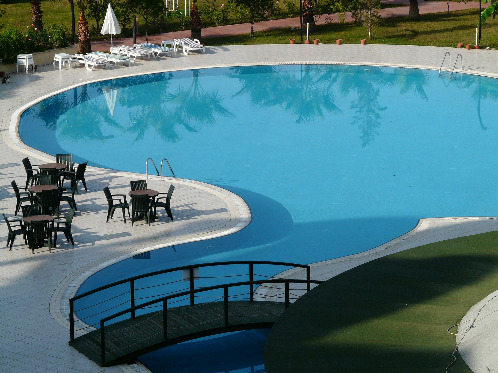 Construirea unei piscine de cat spatiu e nevoie hobbit for Cat costa construirea unei piscine